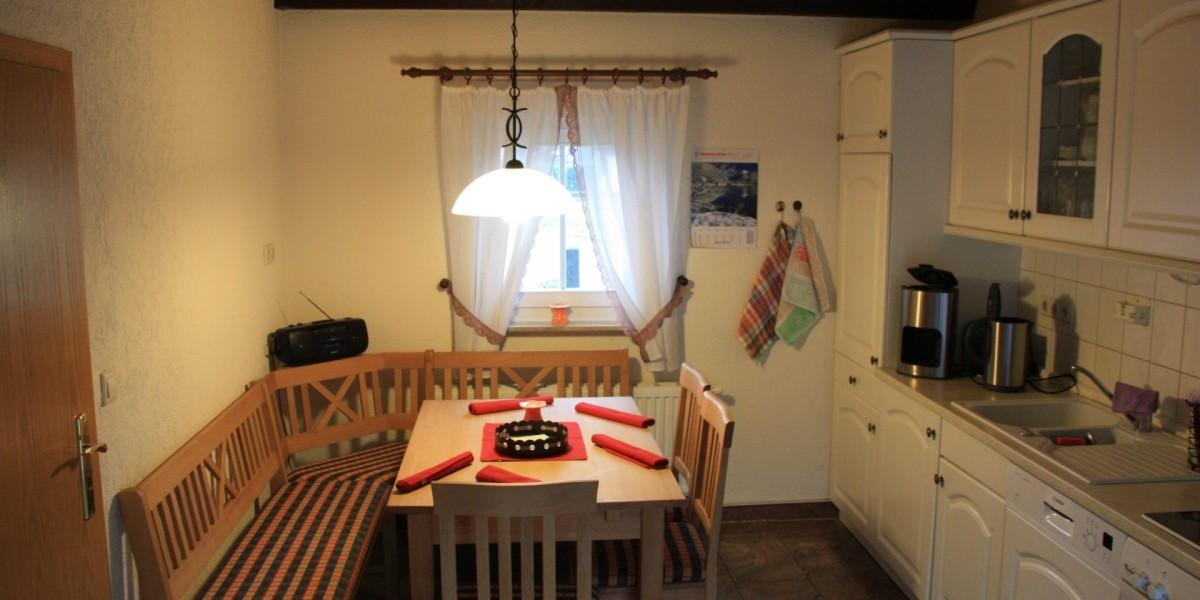 Untere Ferienwohnung – Küche mit Sitzecke
