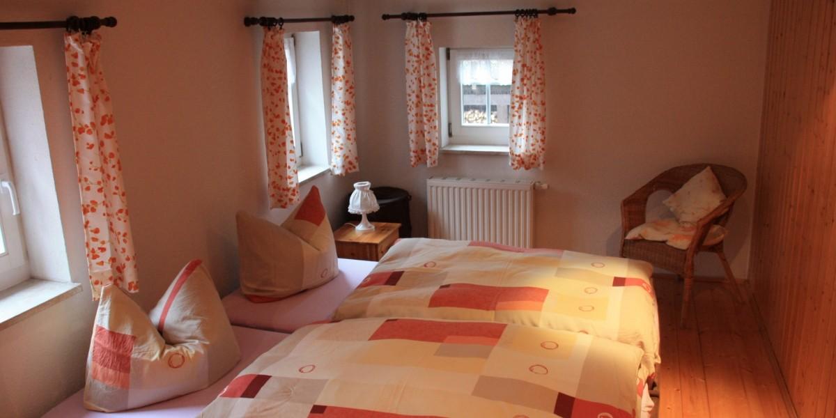 Untere Ferienwohnung – Schlafzimmer 1 mit Doppelbett
